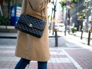 黒色のショルダーバッグを持つ女性