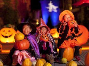 ハロウィンで仮装をする子供達