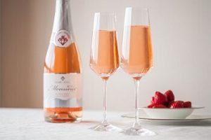 テーブル上の苺ワインと苺