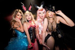 4人の女性のハロウィンのセクシーな仮装