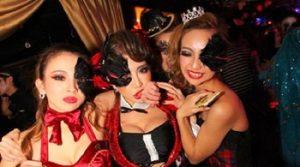 ハロウィンで仮装をしてクラブイベントに参加する女性達