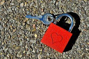 ハート型の南京錠と鍵