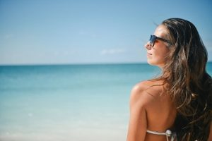 ビーチでサングラスを掛けた女性