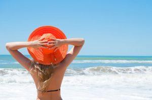 水着の女性がビーチで座っている