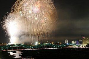 足利花火大会の打ち上げ花火と橋