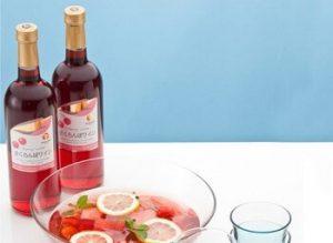 テーブルの上のさくらんぼワインとグラス