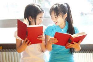 小学生の女の子が本を読む