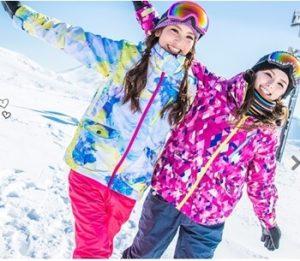 レディースのスノボウェア上下セットを着る女性達