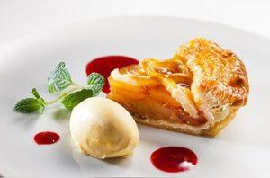 アップルパイとアイスクリームのデザート
