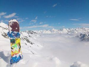 雪山にささるスノーボード