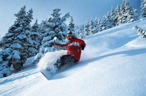 ゲレンデでスノーボードをする男性