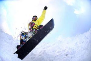 スノボでジャンプをする男性