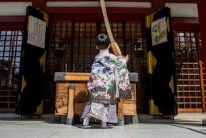 七五三に3歳男の子が着物を着て神社で参拝