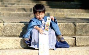 七五三に3歳男の子が着物を着て、階段に座る