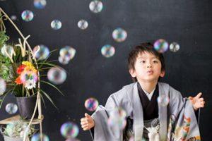 5歳男の子が七五三に着物を着て、スタジオで写真撮影