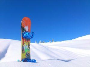 ゲレンデに立つスノーボード