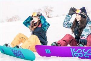 ゲレンデでスノボをする女性たち