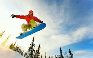 スノーボードでランディングする男性