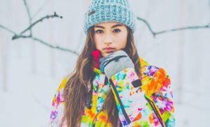 ゲレンデでスノボウェアを着ている女性