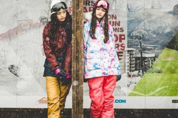 スノボウェアを着た2人の女性