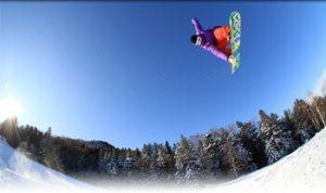 高く飛ぶメンズのスノーボーダー