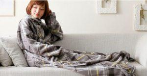 着る毛布を着て、横たわる女性