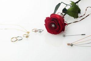 クリスマスに一輪の薔薇とアクセサリー