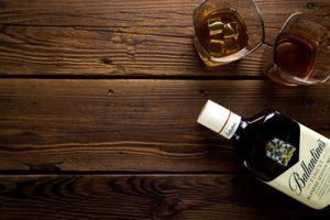 ウィスキーボトルとグラス