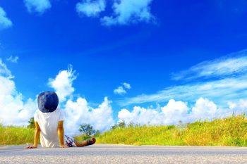 青空を見上げる