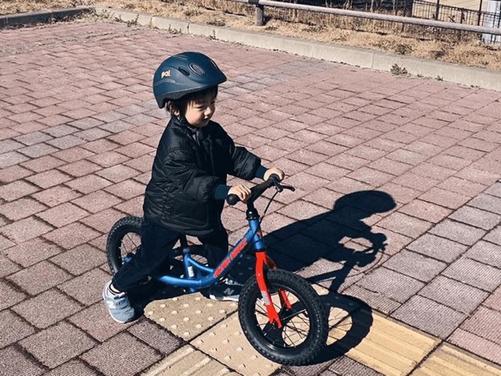 トレーニングバイクに乗る子供