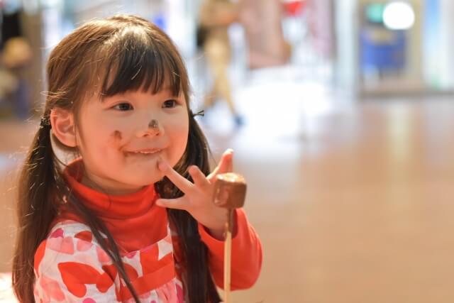 チョコを食べる女の子