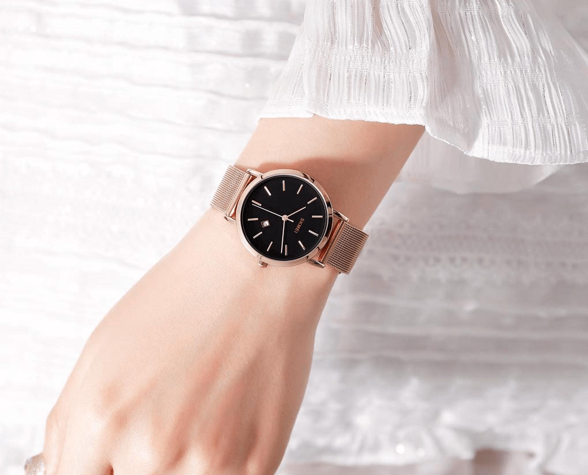 腕時計をはめた女性の手