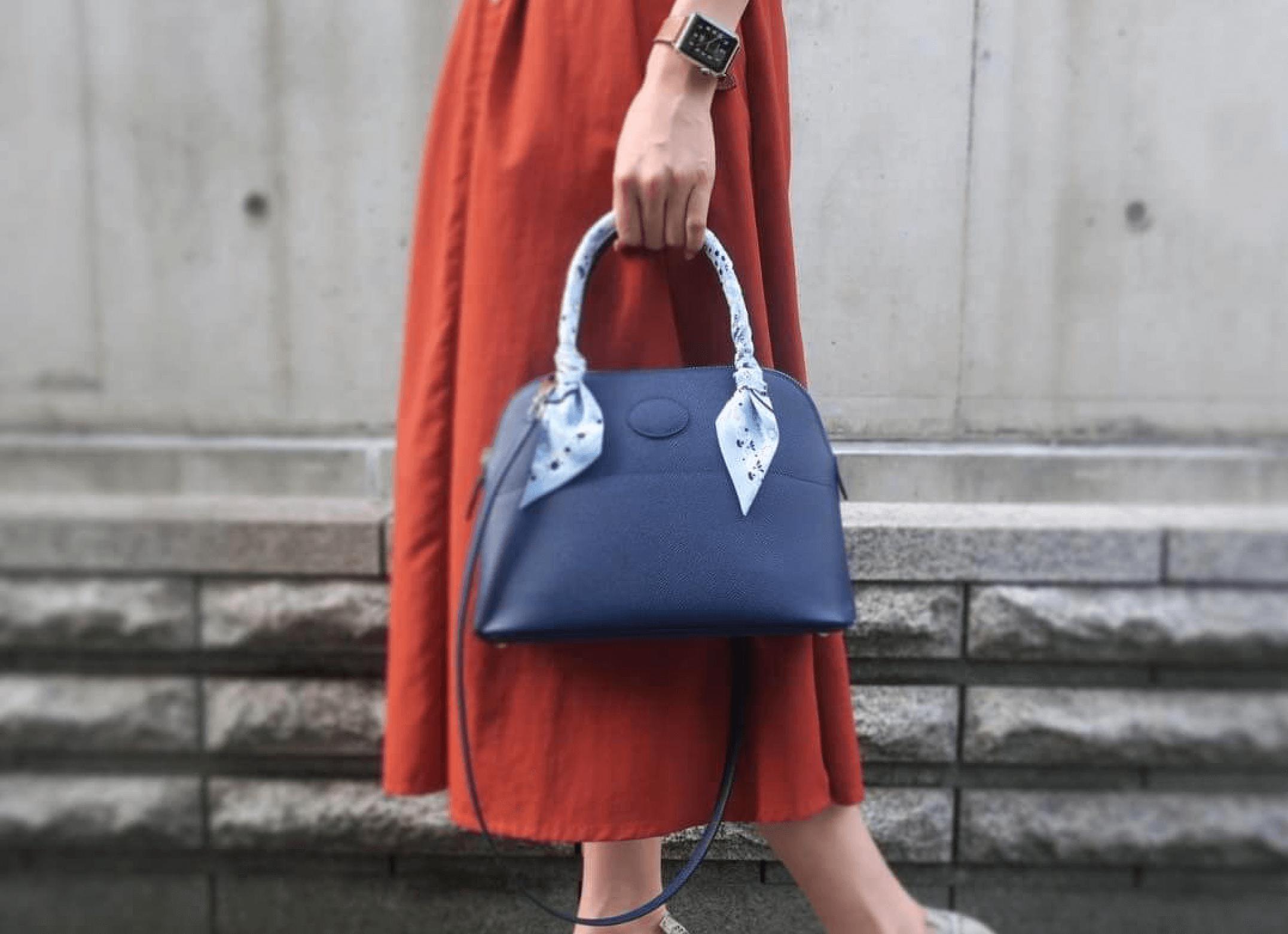 ハンドバッグを持って歩く女性