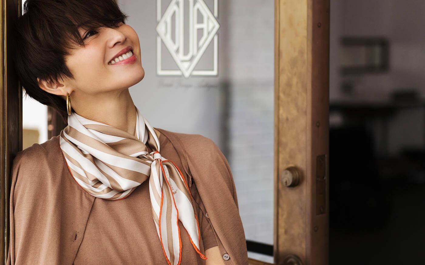 スカーフを巻いた女性