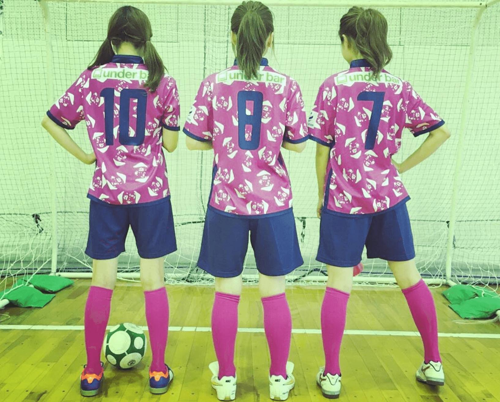 ゴールを向いたフットサル女子3人