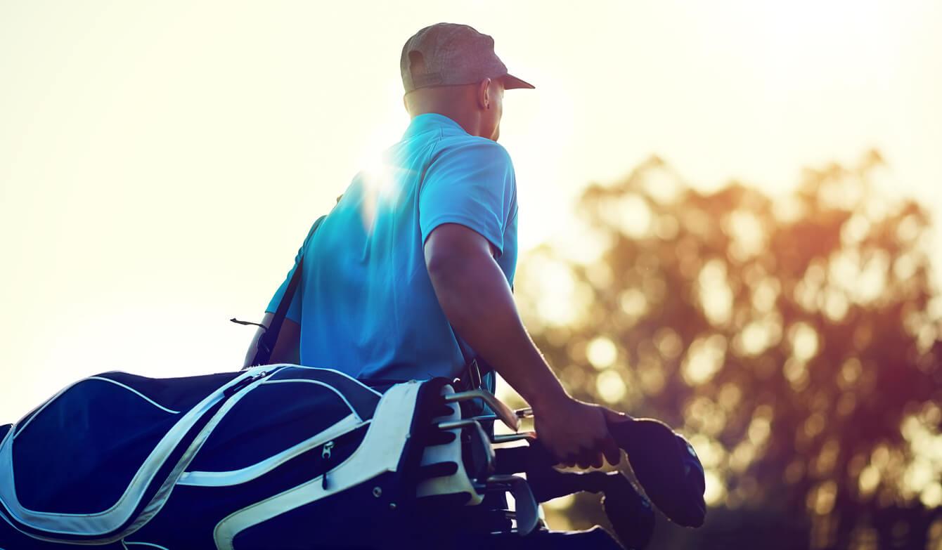 ゴルフバッグを背負った男性