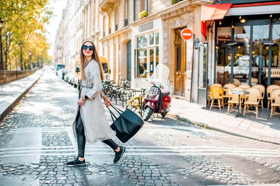 トートバッグを持って歩く女性