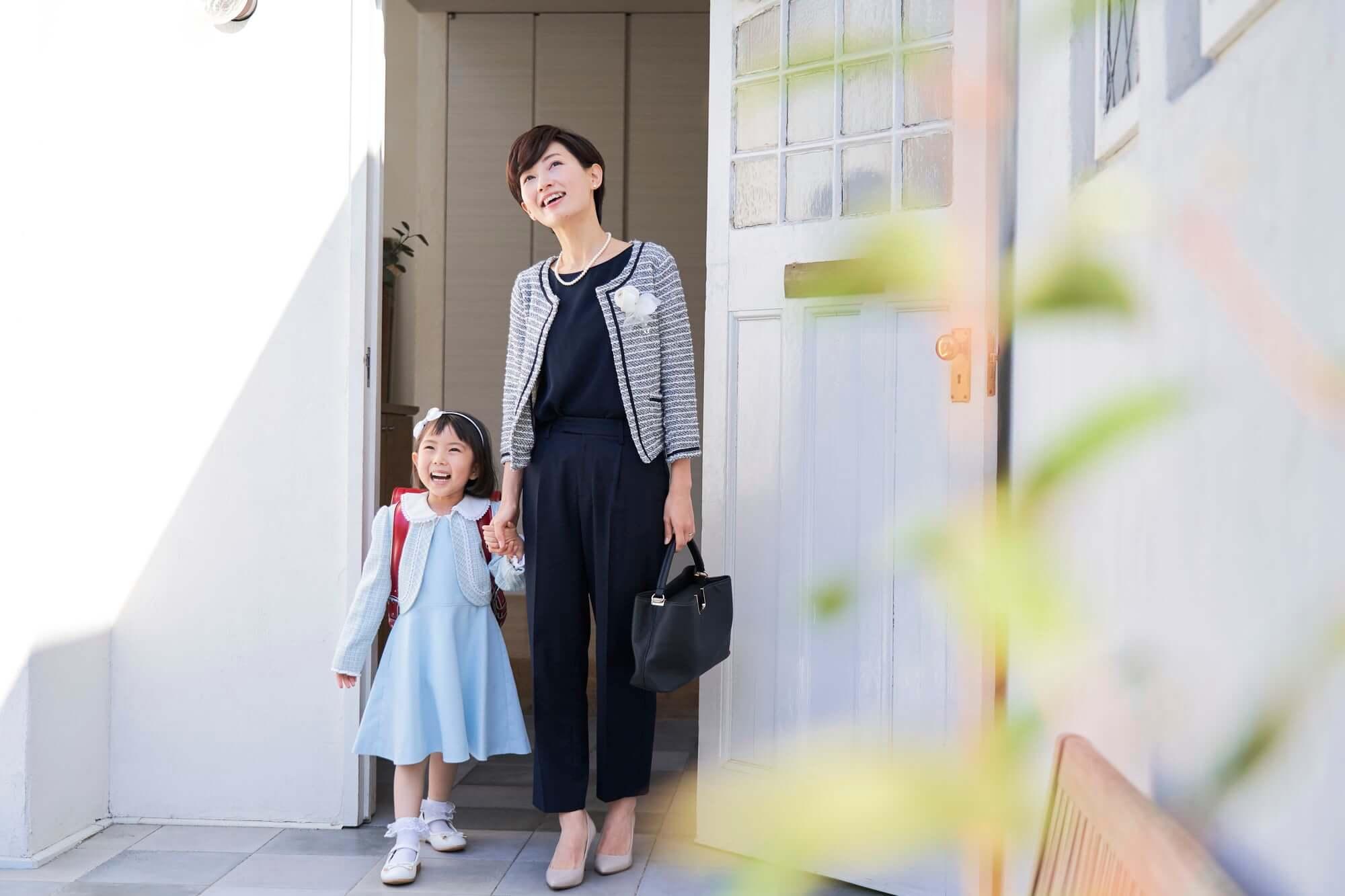 子供と入学式にお出かけする母親