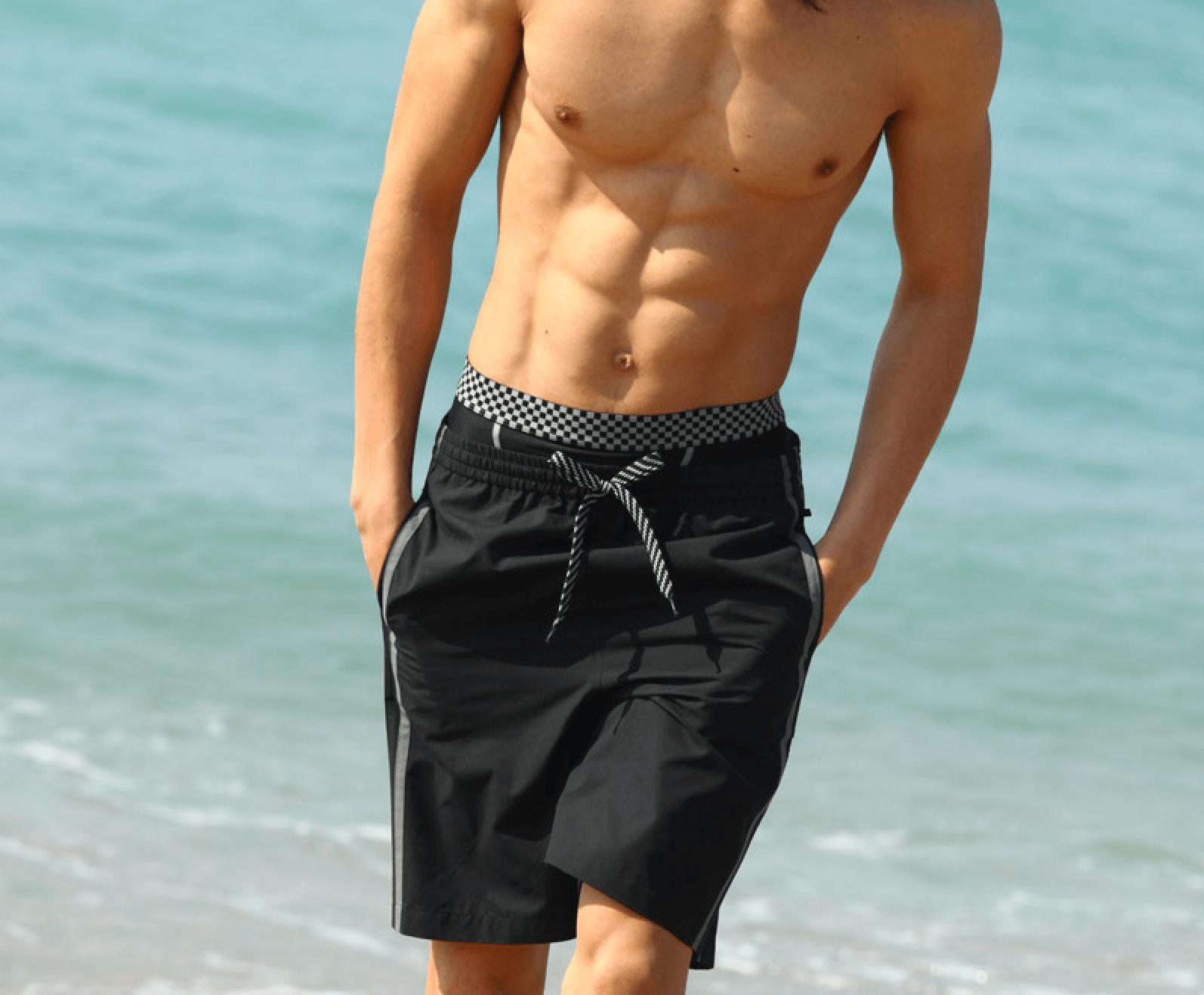 インナーをチラ見せして水着を履いた男性